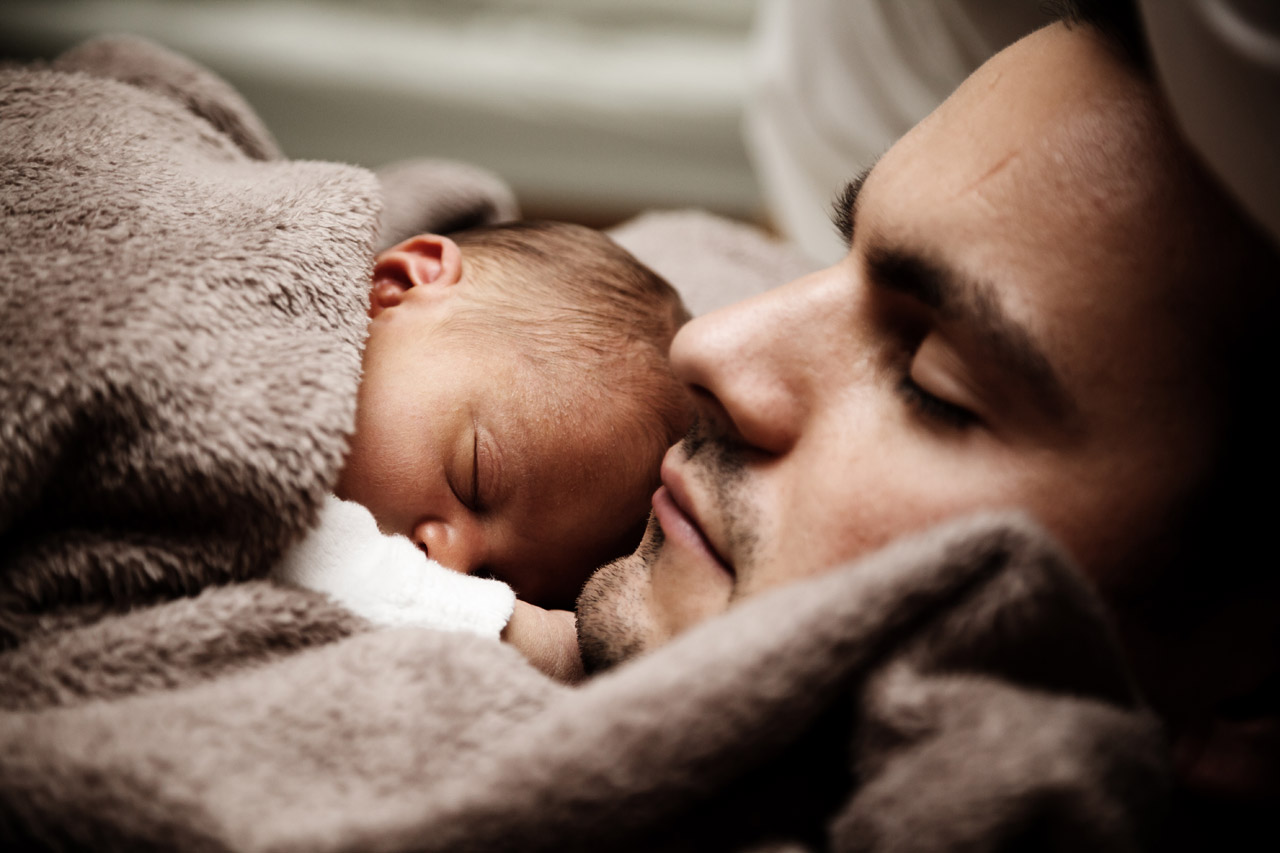 pictures_20000_velka_baby-and-dad-sleeping